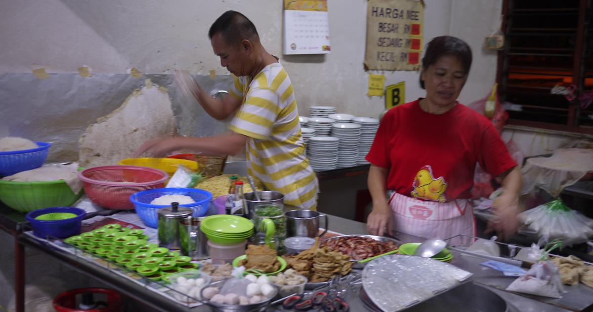 朝の屋台では麺と具材を自分で選ぶ。