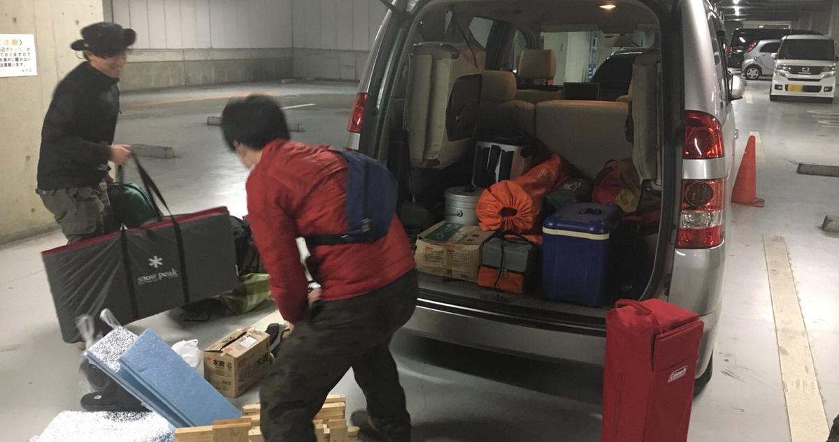 じゃんじゃんと荷物を積み込む中西&佐部利氏