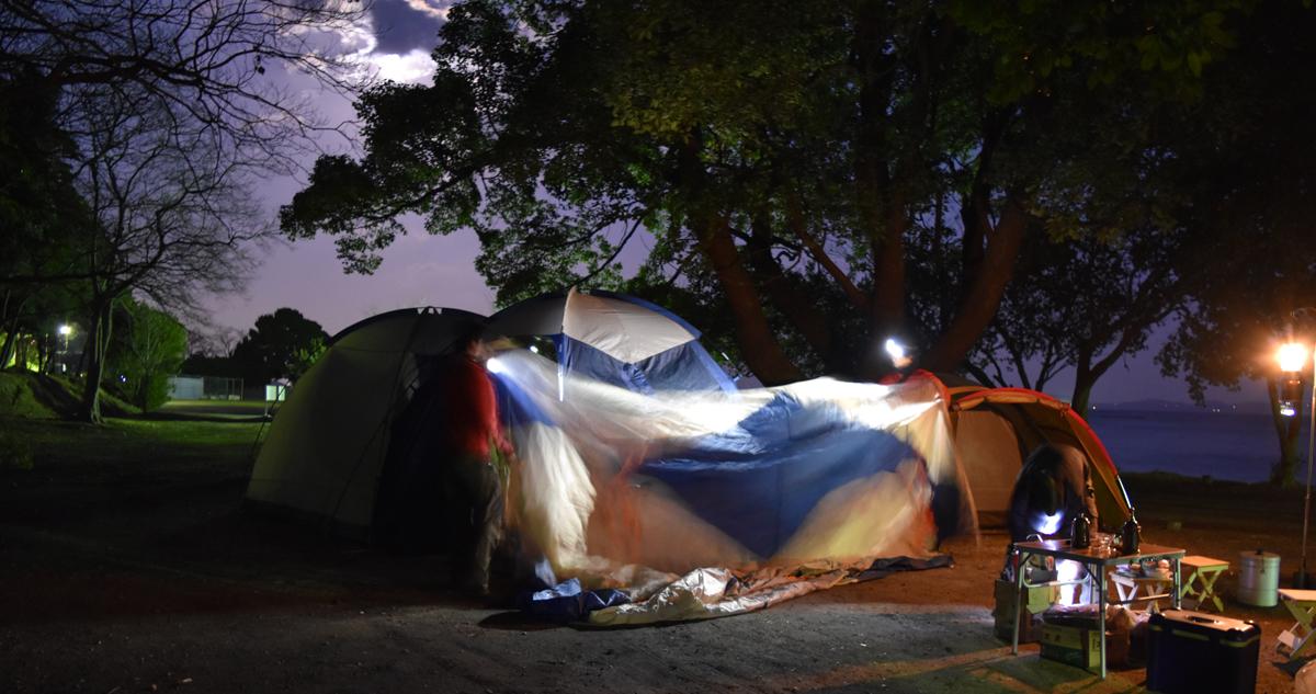 中古テント設営。すっかり日が暮れてしまった。