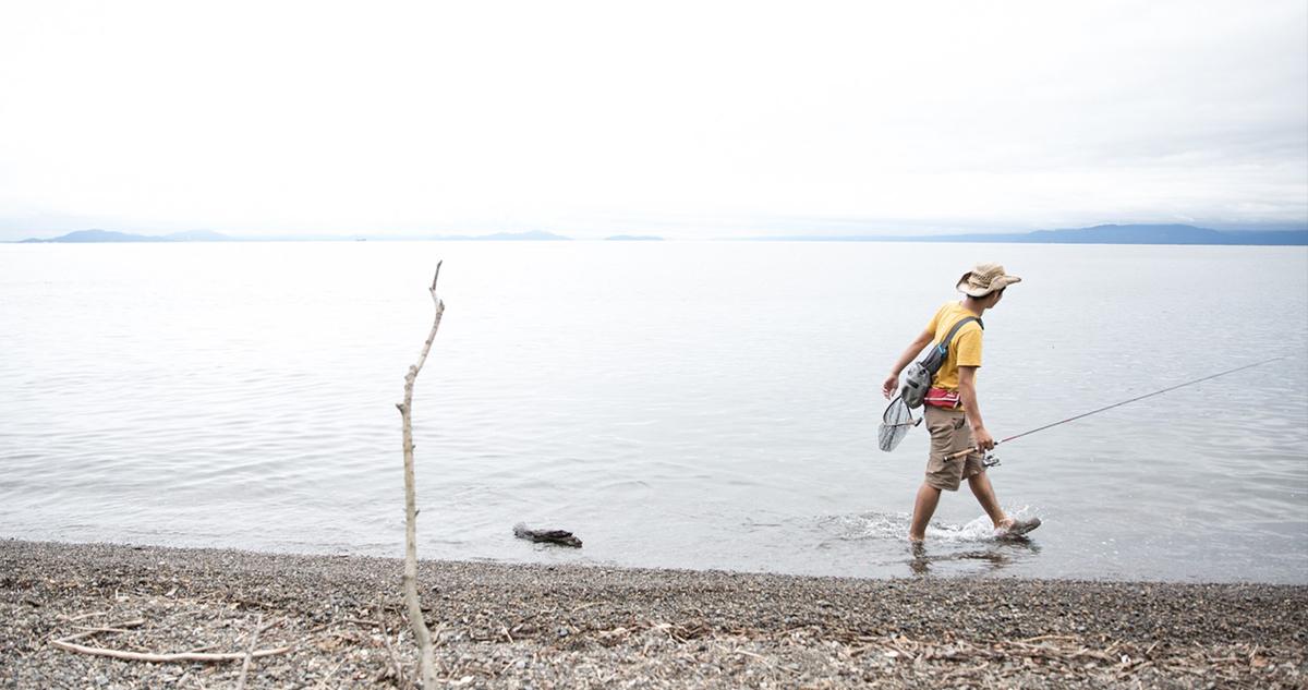 ハスが回遊してくるであろう浜辺を歩き、魚を探していきます。Photo by ryoma higa