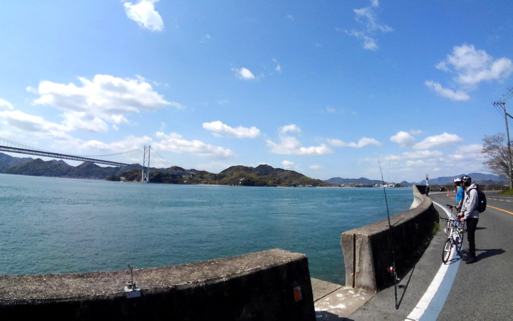景色はすぐに街中を抜けて海岸沿いへ。