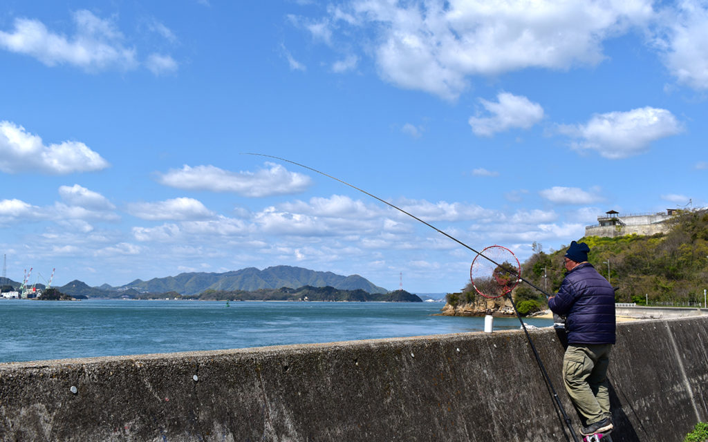 道路沿いには釣りをしてる地元のおっちゃんもちらほら