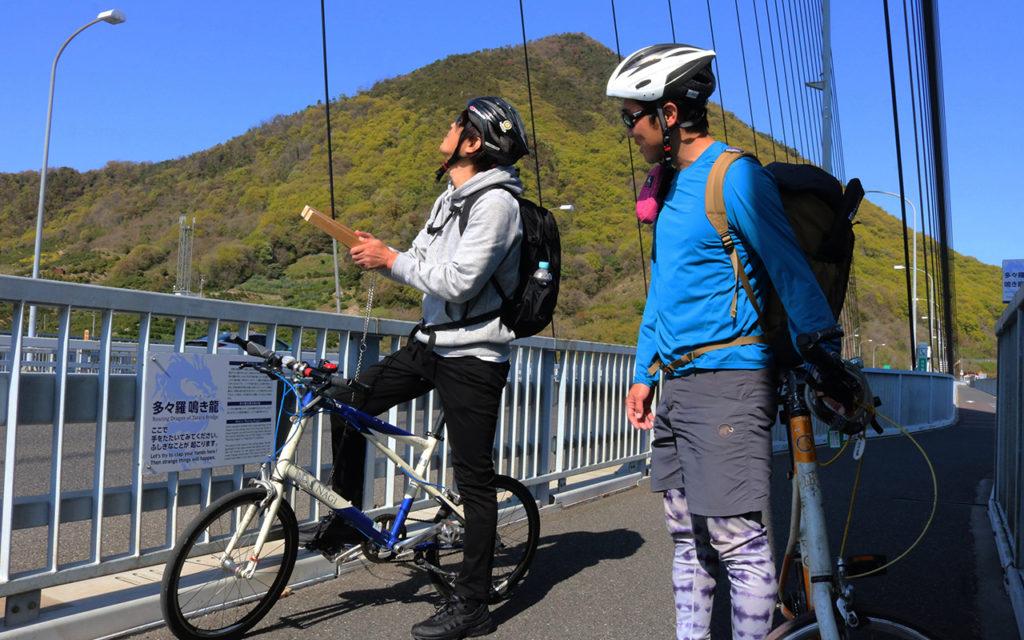 この橋の途中に「鳴き龍」という不思議な体験ができます