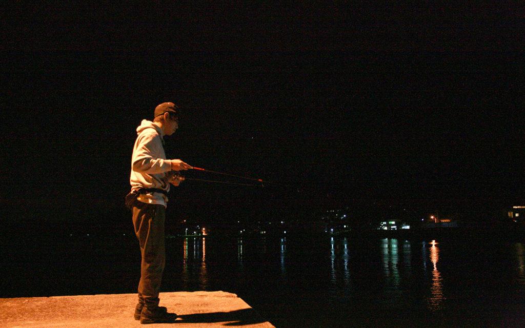 夕食のあとは宿の目の前の漁港へ