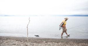 ハスが回遊してくるであろう浜辺を歩き、魚を探していきます。