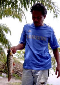 釣り上げた魚を持ち帰る地元のおじさん