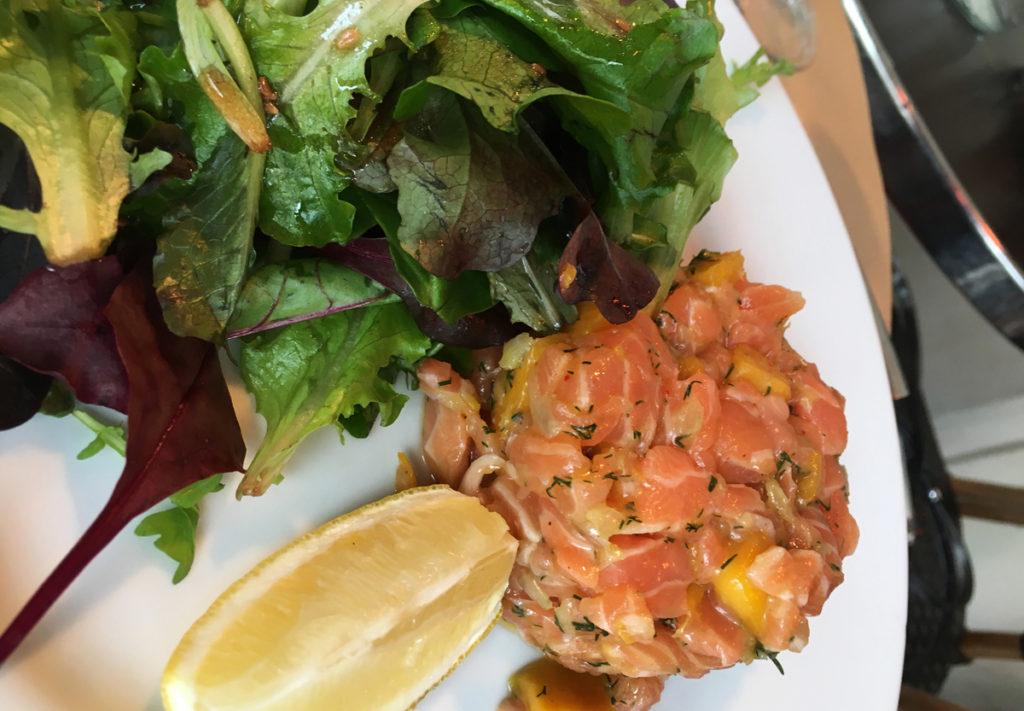 こちらはサーモンタルタル(Saumon tartars)。マンゴーがいい仕事してます。