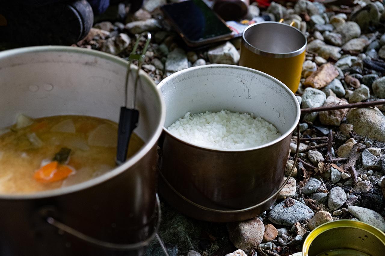朝ごはんは飯盒で炊いたホカホカの白ご飯とイワナ汁。